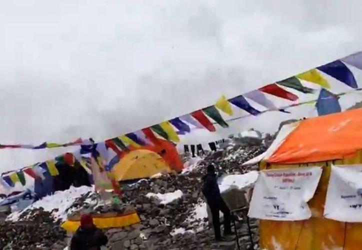 Sólo segundos después de que la tierra se moviera, la nieve descendió velozmente de la montaña. (Jost Kobusch)