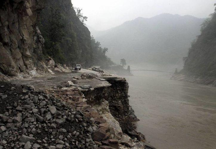 Destrozos registrados en una carretera tras una fuerte tormenta registrada en Uttarakhand. (EFE)