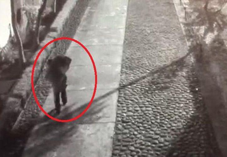 En las imágenes se puede ver a un sujeto que carga la maleta mientras se tambalea. (Debate)