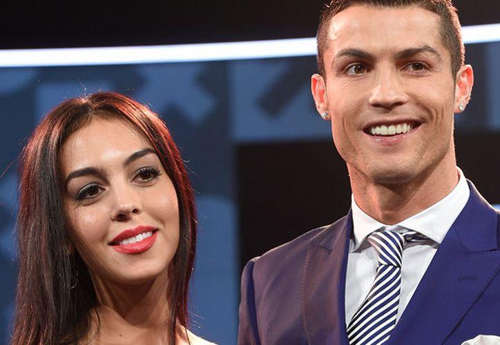 Fue el 16 de septiembre cuando Georgina acompañó a Cristiano al partido del Sporting de Lisboa (del que es socio) en el estadio José Alvalade y fue allí donde dejó ver en su dedo anular izquierdo lo que parece ser un enorme diamante en forma cuadrangular. (El País)