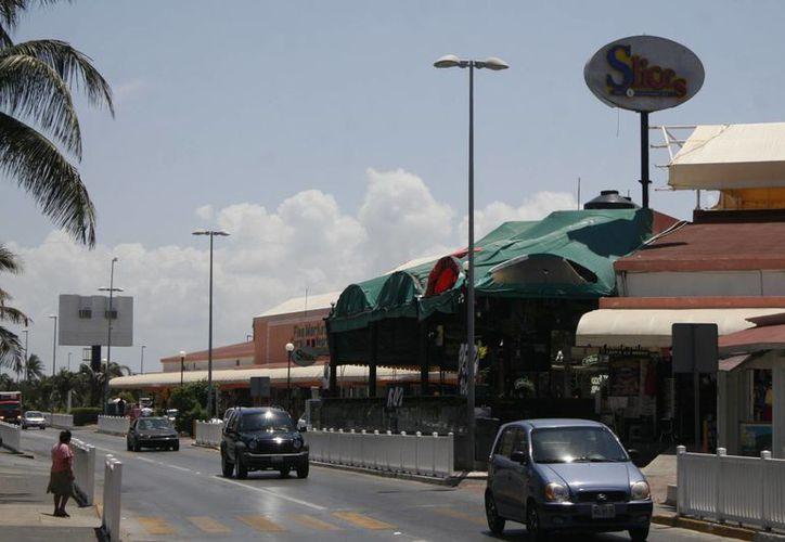 El cuerpo fue hallado en el estacionamiento del mercado Coral Negro. (Sergio Orozco/SIPSE)