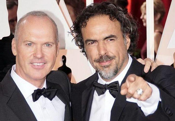 El cineasta mexicano Alejandro González Iñárritu (d), quien aparece junto a Michael Keaton, emitió una fuerte crítica política en el marco de la entrega de los premios Oscar. (Notimex)