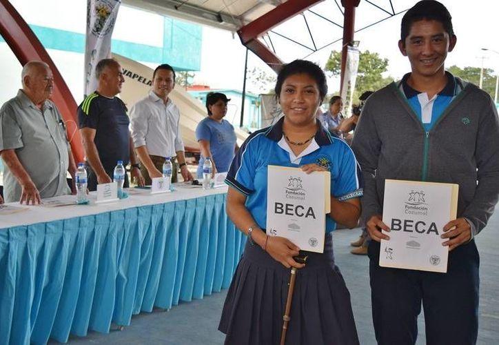 Cada alumno recibió un apoyo de entre mil y mil 200 pesos. (Foto: Gustavo Villegas)