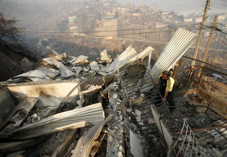 El principal motivo del rebrote del incendio en Valparaíso, Chile, es el viento, con rachas de entre 40 y 50 kilómetros por hora. (EFE)
