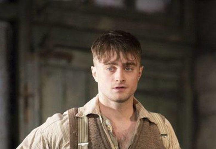 Radcliffe protagoniza la cruel comedia de Martin McDonagh The Cripple of Inishmaan como el huérfano discapacitado Billy. (Johan Persson/huffingtonpost.co.uk)