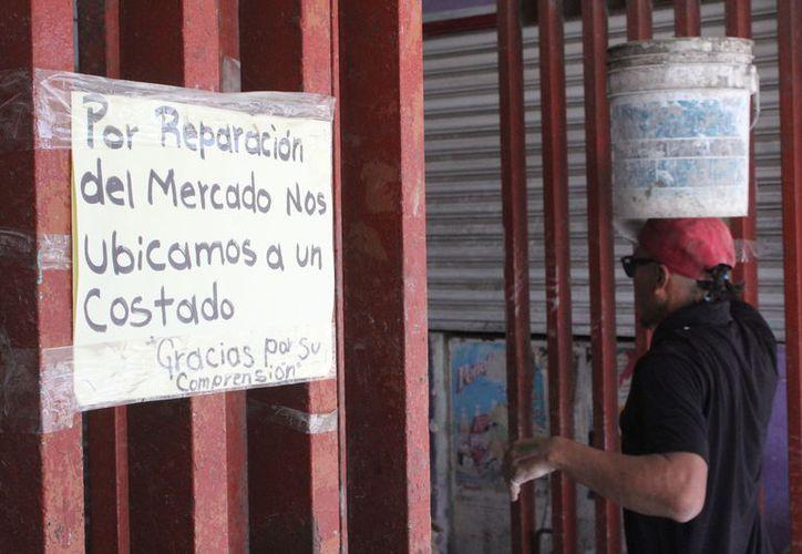 Los locatarios ofrecen sus productos a un costado del mercado. (Joel Zamora/SIPSE)