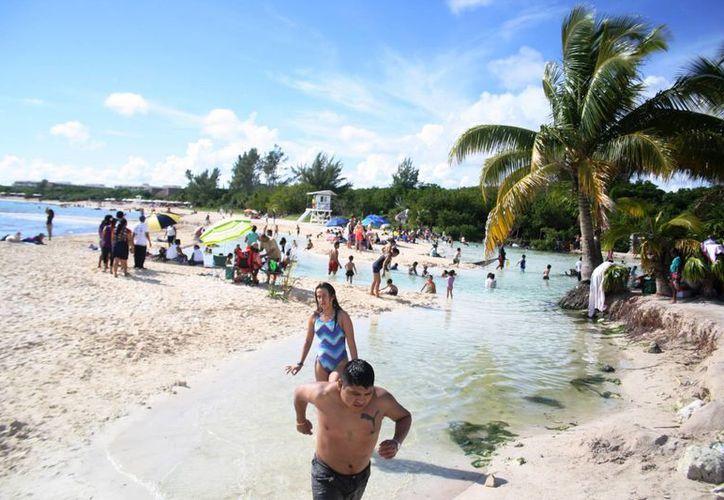 Los arenales de Playa del Carmen recibieron en conjunto a más de 11 mil bañistas, entre locales y visitantes. (Octavio Martínez/SIPSE)