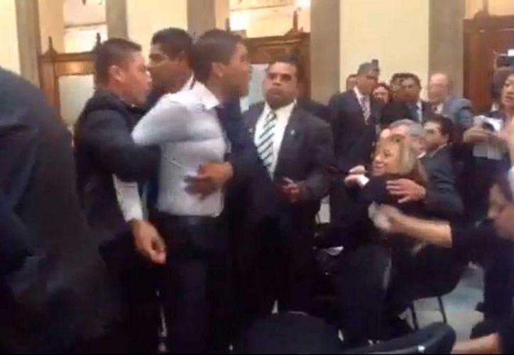 Los reclamos de Daniel Vázquez Aguilar al Presidente fueron silenciados por los aplausos de los secretarios de Estado. (Captura de pantalla)