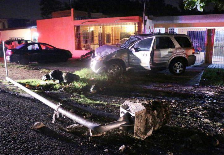 La camioneta se quedó muy dañada luego de chocar contra un poste en la avenida Fidel Velázquez con Circuito colonias oriente. (José Acosta/SIPSE)