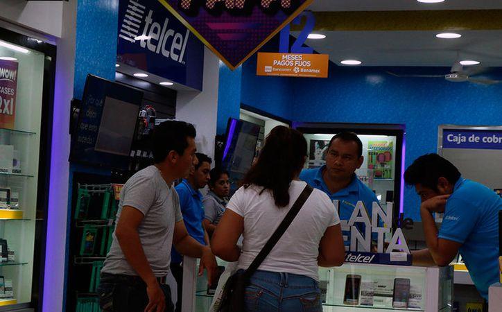 """Los teléfonos celulares son de los regalos más """"concurridos"""" en el Día del Padre. Este domingo 18 se celebró en todo México el día del jefe del hogar. (José Acosta/SIPSE)"""