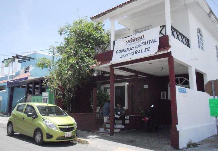 Consejo Distrital del Ieqroo entregó constancia a presidente electo. (Lanrry Parra/SIPSE)