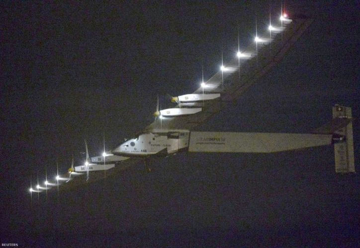 El viaje de 120 horas del avión solar desde Nagoya rompió el récord mundial del vuelo sin escalas más duradero de la historia. (AP)