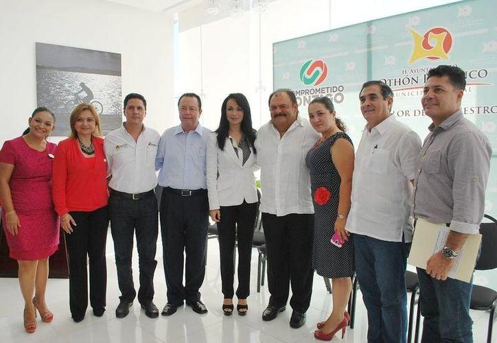 Funcionarios estatales y municipales atestiguaron la inauguración de la Primera Jornada de Cursos de Capacitación Turística 2013. (Cortesía/SIPSE)