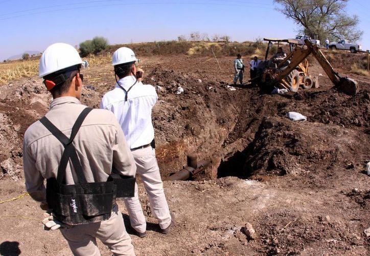 El robo de combustibles sigue siendo un dolor de cabeza para Pemex. Imagen de archivo de una toma clandestina descubierta en Sinaloa. (Juan Carlos Cruz/proceso.com.mx)