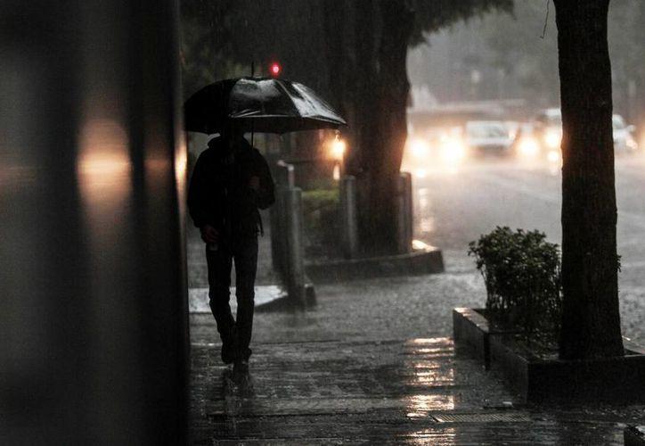 Encharcamientos y afectaciones viales provocaron las lluvias de la tarde de este sábado en diversas delegaciones de la Ciudad de México. (Notimex)