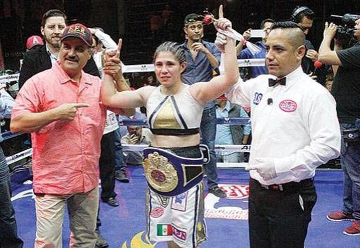 'La Cobrita' Pérez se proclamó campeona átomo tras superar a Maryam Salazar, en la función de Box de Saltillo, Coahuila.(Notimex)