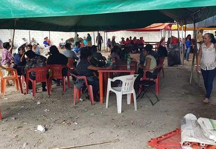 Los manifestantes que bloquean la entrada a la bodega del ingenio San Rafael de Pucté registran gastos diarios de $15 mil. (Carlos Castillo/SIPSE)