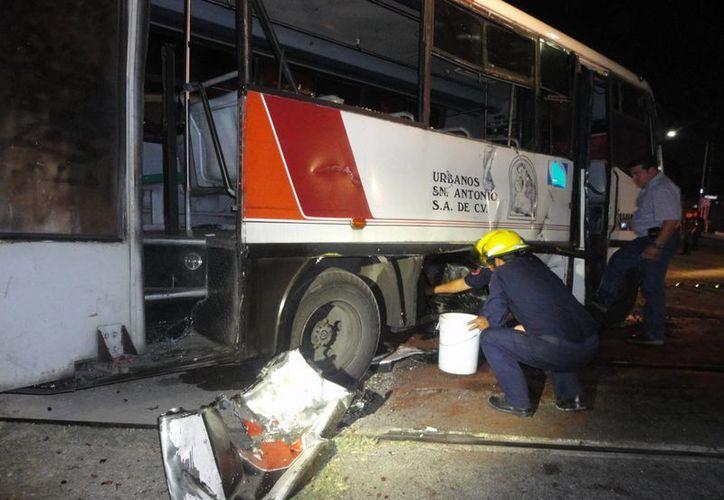 Por fortuna, el tren sólo causó ligeros daños al autobús. (Fernando Poó/SIPSE)