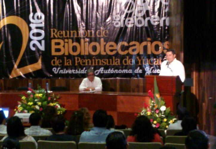 El mensaje a los bibliotecarios estuvo a cargo de Carlos Estrada Pinto, director de Desarrollo Académico de la Uady. (José Acosta/SIPSE)