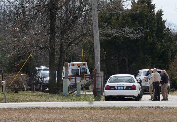La policía se reunió cerca de la casa en donde un hombre fue hallado muerto. (Agencias)