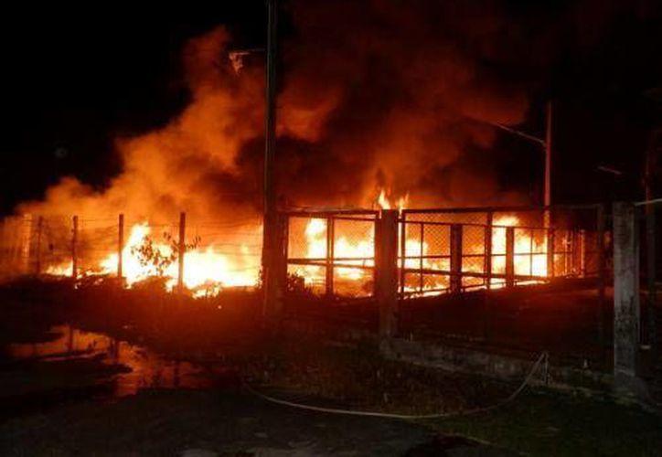Durante la noche los bomberos estuvieron tratando de mitigar las llamas para que no alcanzaran a una gasolinera vecina. (Agencias/Foto de Archivo)