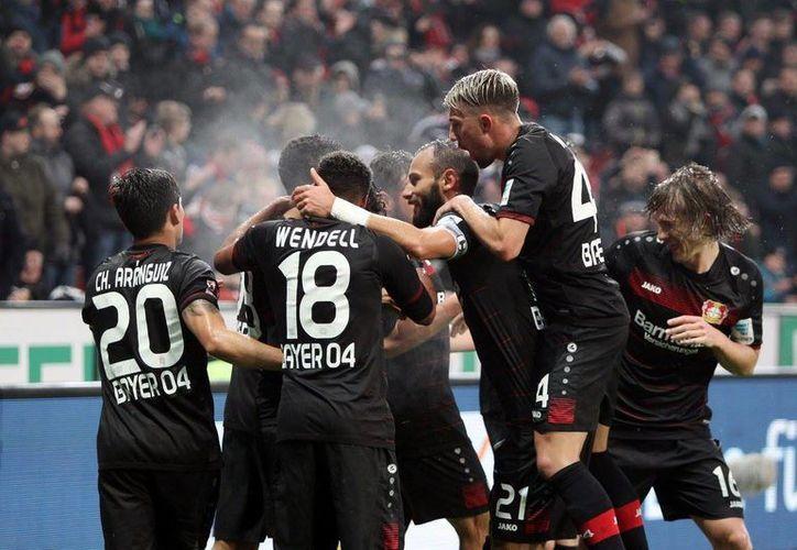 El Bayer Leverkusen, de Javier 'Chicharito' Hernández, enderezó un poco la nave con el triunfo de 3-0 sobre el Eintracht Frankfurt, de Marco Fabián. (Facebook/bayer04.es)