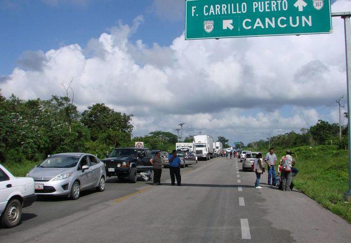 Se cumplió más de día y medio del bloqueo de la carretera federal 307. (Manuel Salazar/SIPSE)