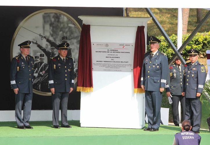 El titular de la Sedena, Salvador Cienfuegos Zepeda, encabezó la ceremonia de inauguración del museo Heroico Colegio Militar, en el Campo Militar 1, en la ciudad de México. (Notimex)