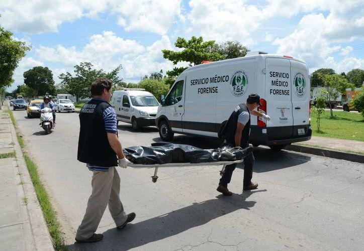 El personal del Servicio Médico Forense acudió al lugar para levantar el cadáver y trasladarlo a la morgue para determinar la causa del fallecimiento. (Milenio Novedades)