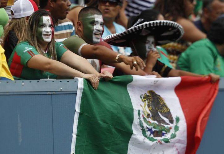 Aficionados mexicanos apoyando a la selección nacional. (Agencias)