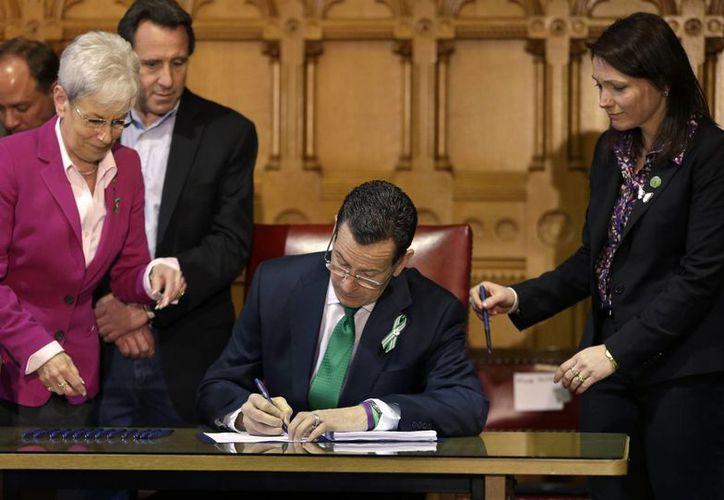 El gobernador demócrata Dannel P. Malloy durante la firma del proyecto de ley. (Agencias)