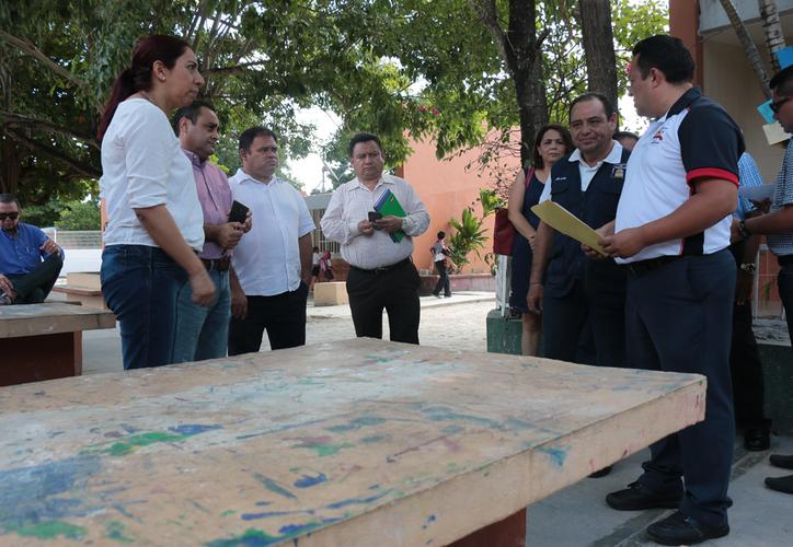 Ana Isabel Vásquez Jiménez, titular de la SEQ recorrió varios planteles de la isla. (Gustavo Villegas/SIPSE)