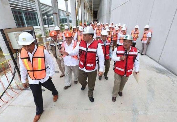 El Gobernador encabezó este sábado la sesión de la Comisión para la Implementación de la Reforma en Materia de Seguridad y Justicia. En la foto, al supervisar la construcción de la segunda etapa del Centro de Justicia Oral de Mérida. (Fotos: /twitter.com/GobYucatan)