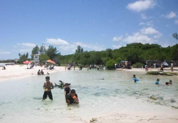 Los visitantes acudieron a Punta Esmeralda a pesar de lo difícil que es el acceso al área de playa. (Yesenia Barradas/SIPSE)