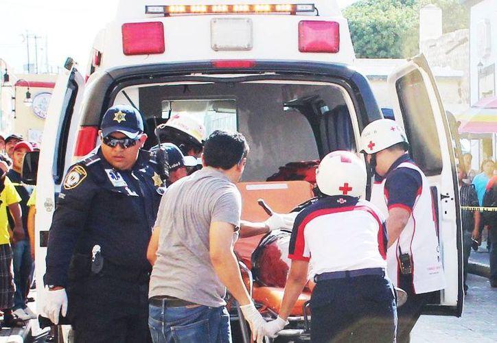 Imagen del herido al momento de su traslado desde una ambulancia  al Hospital O'Horán, en donde fue intervenido quirúrgicamente. (Milenio Novedades)