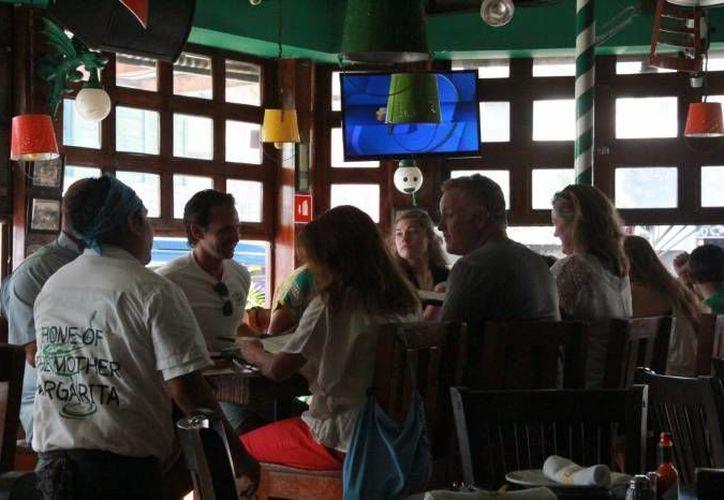 El año pasado, el número de personas dedicadas al servicio de la comida rápida rebasó por primera vez los 10 mil empleados en Quintana Roo. (Sergio Leal/SIPSE)