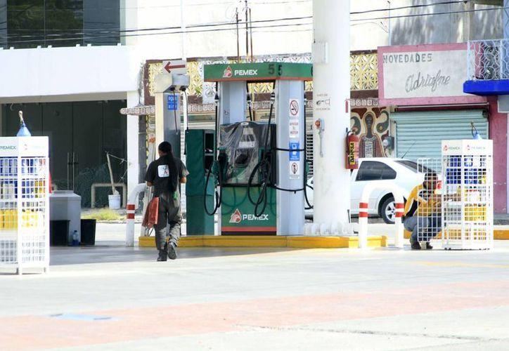 Los bajos costos de la gasolina en Belice afectan las ventas del hidrocarburo en Chetumal. (Harold Alcocer/SIPSE)