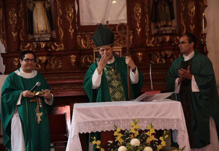 El arzobispo de Yucatán Monseñor Gustavo Rodríguez Vega, reinauguró hoy el servicio de misas en inglés para la comunidad de habla inglesa que reside en la ciudad o está de visita en Mérida. (Jorge Acosta/SIPSE)