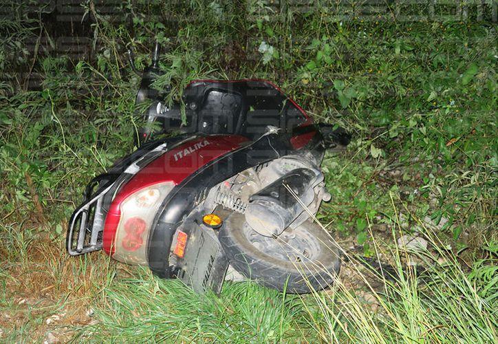 La motoneta quedó dentro del monte y su tripulante, en el hospital. (Milenio Novedades)