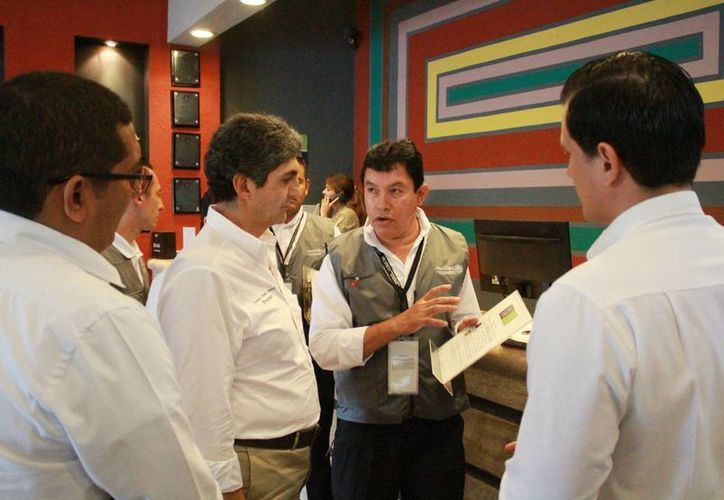 Las autoridades durante una inspección en un centro de hospedaje. (Luis Soto/SIPSE)