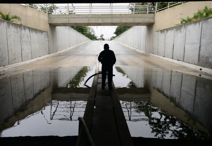 El inundado paso a desnivel la mañana de este viernes. (SIPSE)