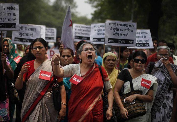 Decenas de integrantes de la Asociación Todas las Mujeres Democráticas de India marcharon el sábado  contra la violación de las dos adolescentes. (Agencias)