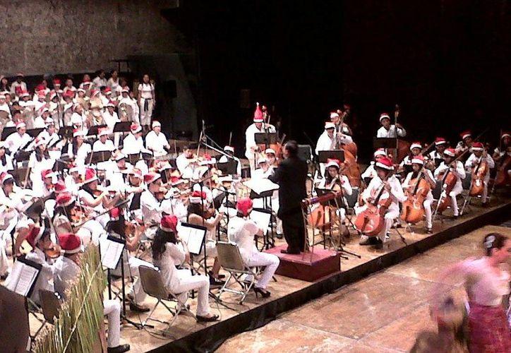 El maestro José Luis Chan Sabido interpretó con su violín Noche de Paz en emotiva despedida oficial en el teatro José Peón Contreras. (Milenio Novedades)