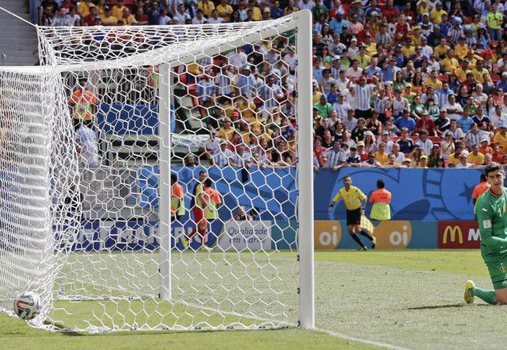 Con una media vuelta, Higuaín (no aparece) tomó un rebote y puso la pelota al fondo de las mallas, sin que Courtois pudiera evitarlo. (Foto:  AP)