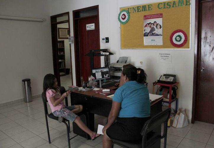 En la Unidad de Especialización Médica y Centros de Atención Primaria en Adicciones preparan un estudio con adolescentes para reforzar la campaña de prevención. (Tomás Álvarez/SIPSE)