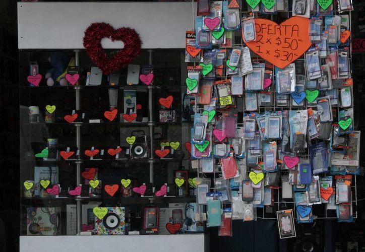 Las tiendas ya se ven con adornos alusivos al Día del Amor y la Amistad. (Tomás Álvarez/SIPSE)