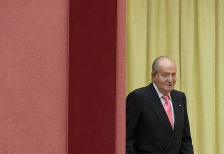 El rey Juan Carlos de Espana a su llegada a una cena de Estado en el palacio de el Pardo en Madrid. (Agencias)