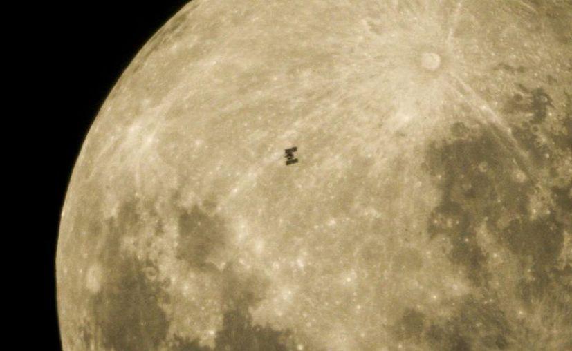 El cráter 'Oriental' está ubicado en el extremo suroeste de la Luna. Científicos dicen que se formó hace 3,500 millones de años. (Archivo/EFE)