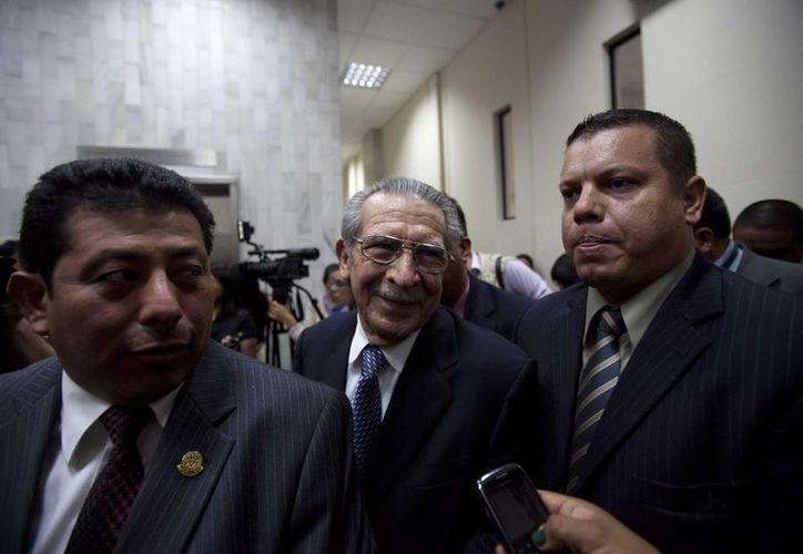 El exdictador José Efraín Ríos Montt (c), a su salida de un tribunal en la Ciudad de Guatemala. (EFE)