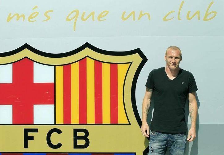 Mathieu, instalado ante las oficinas del club en el Camp Nou, donde será presentado mañana. (EFE)